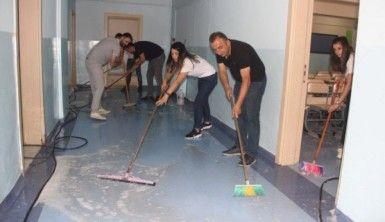 Fedakar müdür ve öğretmenler okulu sabunlu suyla yıkadı