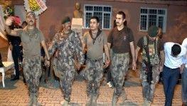 Özel harekatçılar silah arkadaşlarının düğününde stres attı