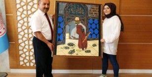 Kendi çizdiği 'Kaplumbağa Terbiyecisi' konulu resmi Müdür Başyiğit'e hediye etti