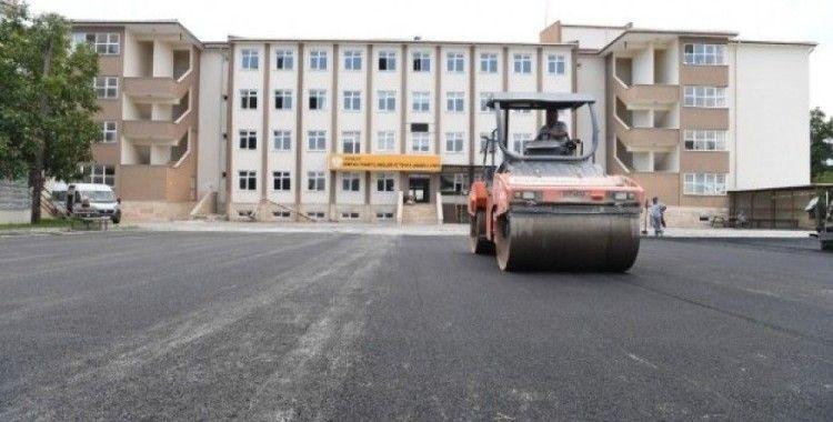 Konyaaltı Belediyesi'nden okula sıcak asfalt
