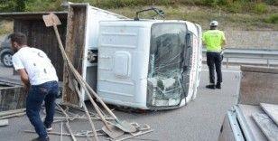 Sinop'ta inşaat malzemesi yüklü kamyonet devrildi: 1 yaralı
