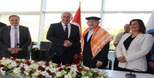 Kılıçdaroğlu'na Söke'de körüklü efe çizmesi hediye edildi
