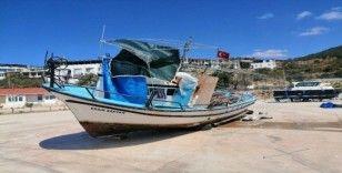 Çanakkale'de trol teknesinin çarptığı teknedeki 10 kişi ölümden döndü