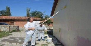 Millli Eğitim Müdürü öğretmenlerle köy okulunu boyadı