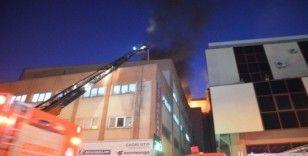 5 katlı bir iş merkezinin çatısında çıkan yangın bir saatlik çalışma sonucunda kontrol altına alındı