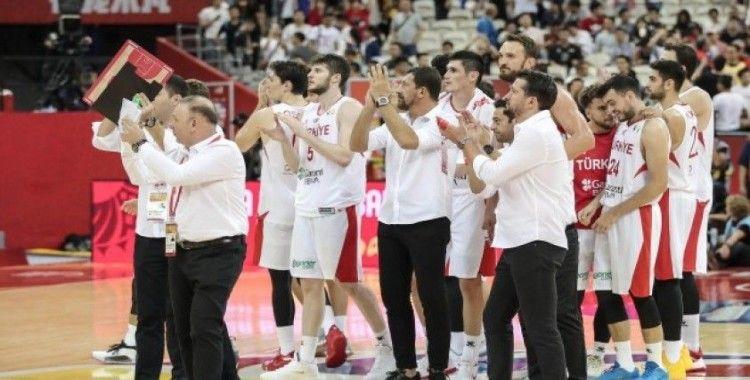 A Milli Erkek Basketbol Takımı umutlarını son maça taşıdı
