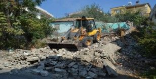 Kırıkhan'da metruk binalar yıkılıyor