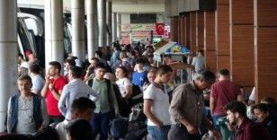 Isparta'da öğrenci, asker ve tatilci yolcuların otobüs seferi yoğunluğu