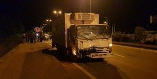 (Özel) Yakıtı biten otomobili iten gençlere kamyonet çarptı: 2 yaralı