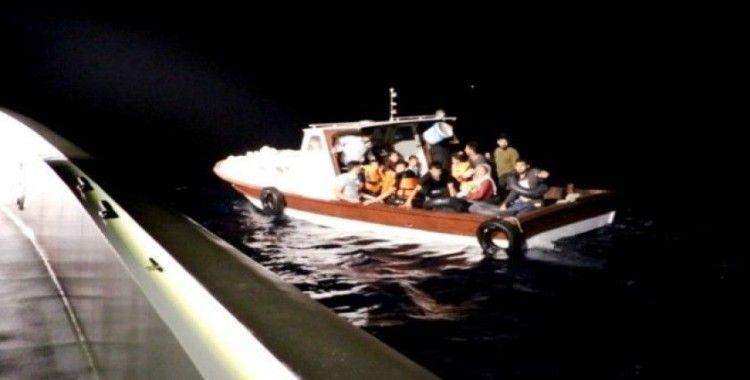 Ayvalık'ta 25 kaçak göçmen yakalandı