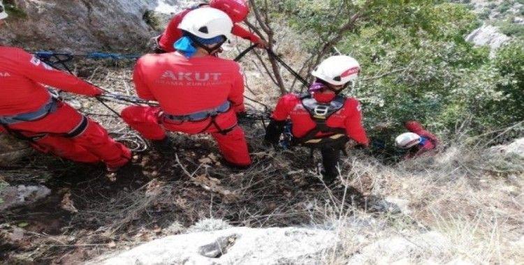 Dağ yamacında mahsur kalan keçi, 5 saatlik operasyonla kurtarıldı