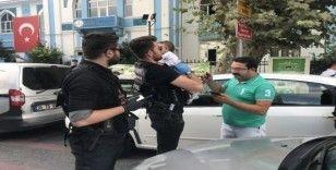 Polis ehliyeti olmayan sürücünün yerine geçip bebeği hastaneye yetiştirdi