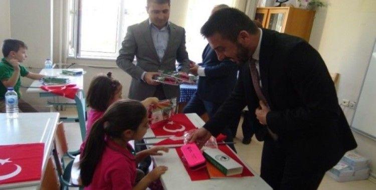 Milli bilinci aşılamak için birinci sınıf öğrencilerine bayrak