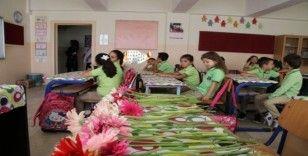 Sel felaketinde ölen kardeşlerin masaları çiçeklerle süslendi