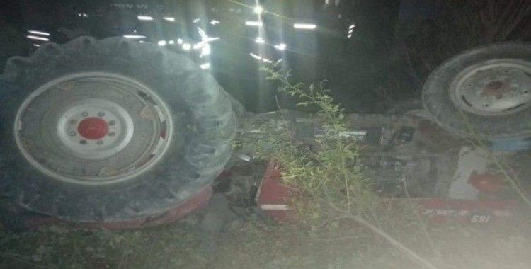 Tarla sürerken devrilen traktörün altında can verdi