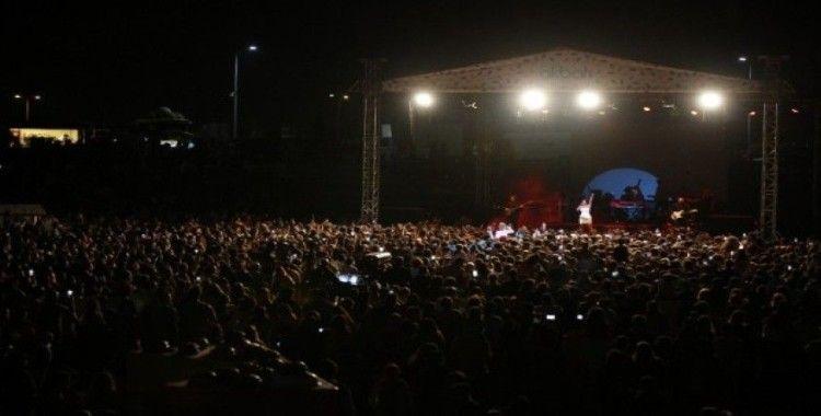 Binlerce seyirci Göksel ve Kolpa ile yaza veda etti