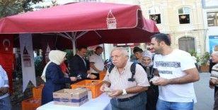 Beyoğlu'nda yerli ve yabancı turistlere 3 bin kap aşure dağıtıldı