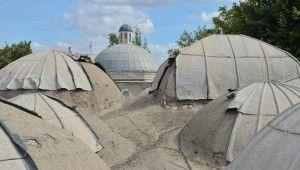 500 yıllık caminin kubbelerindeki kurşunlar çalındı
