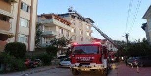 İzolasyon çalışması yapılan binanın çatısında çıkan yangın korkuttu