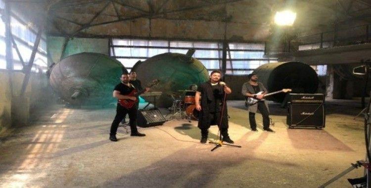 Rockçı Ergen Genç yeni şarkısının klibini çekecek öğrenciye 1 yıl burs verecek