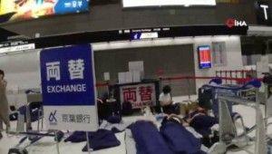 17 bin kişi havaalanında mahsur kaldı
