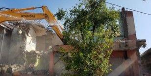 İzmit'te ağır hasarlı binalar nihayet yıkılıyor