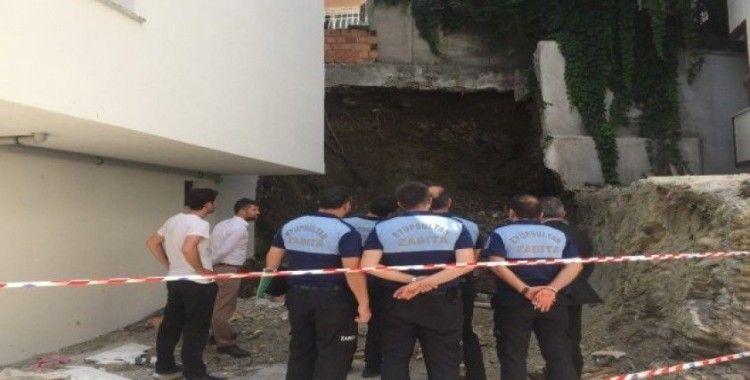 Eyüp Sultan'da duvar çöktü: İki bina tahliye edildi