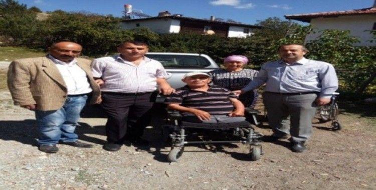 Engelliler Derneği'nden ihtiyaç sahibi vatandaşa akülü tekerlekli sandalye yardımı