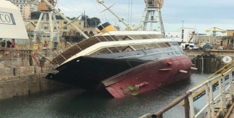 İtalya'da 90 metrelik lüks yat limanda devrildi
