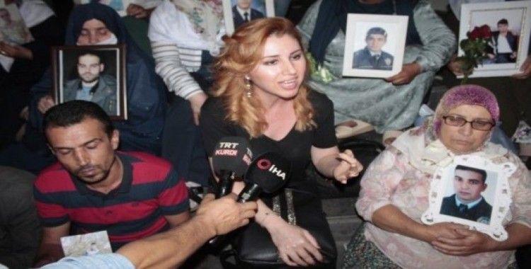 HDP il binası önünde eylem yapan annelere sanatçı Hülya Bozkaya'dan destek