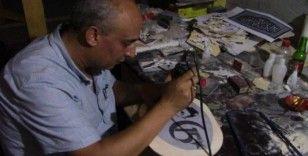 Kendi imkânlarıyla öğrendiği ''Naht'' sanatı ile harika eserler üretiyor