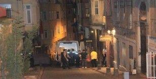 Beyoğlu'nda ölü bulunan İngiliz turistlerin cesetleri Adli Tıpa kaldırıldı