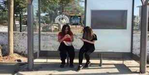 Otobüs beklerken kitap okutan 'durak'