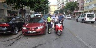 Motosikletin savrulup park halindeki araca çarpması güvenlik kamerasında