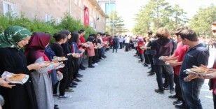 Nevşehir'de Anadolu Lisesi 9.sınıf öğrencilerine simit ikram edildi
