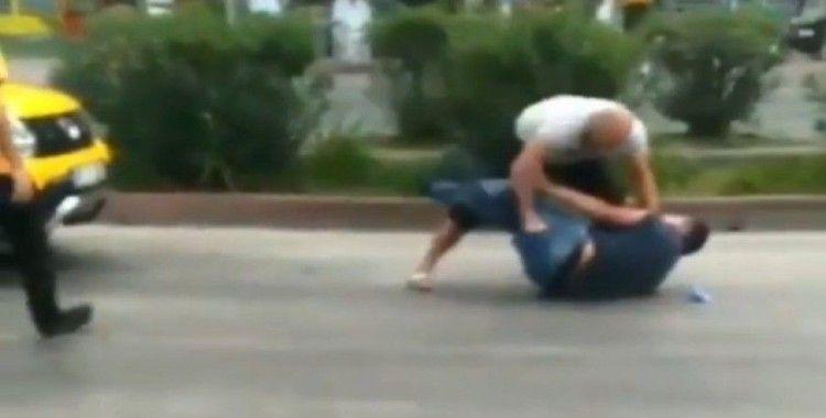 Sokak ortasında bıçaklandı