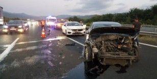 Otoyolda 4 aracın karıştığı trafik kazasında 2 kişi yaralandı