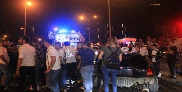 Makas attığı iddia edilen araç önce bariyerlere sonra başka bir otomobile çarptı: 5 yaralı