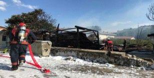 Sakarya'da çıkan yangında bir ev ve iki baraka kullanılamaz hale geldi