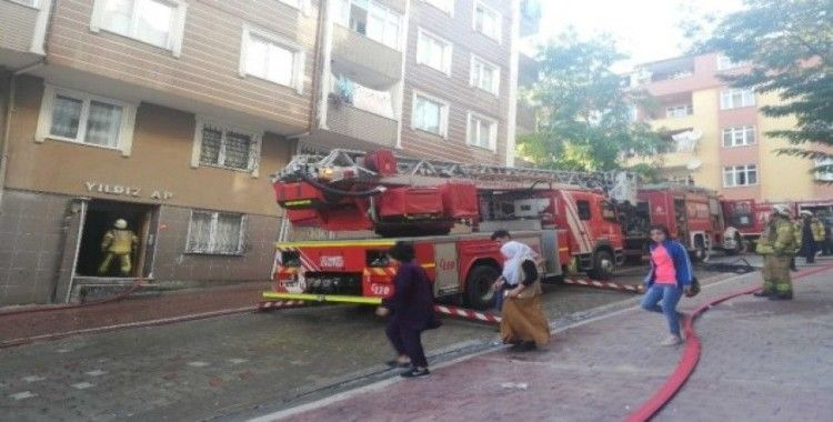 Esenyurt'ta 5 katlı iki binanın çatısında yangın