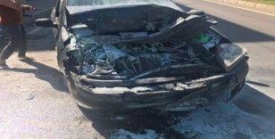 Direksiyonu kilitlendikten sonra başka bir araca çarpan otomobil alev aldı