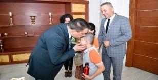 Başkan Gürkan, ziyarete gelen öğrencileri makamında karşıladı