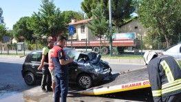 Direksiyonu kilitlenen otomobil park halindeki araca çarptı
