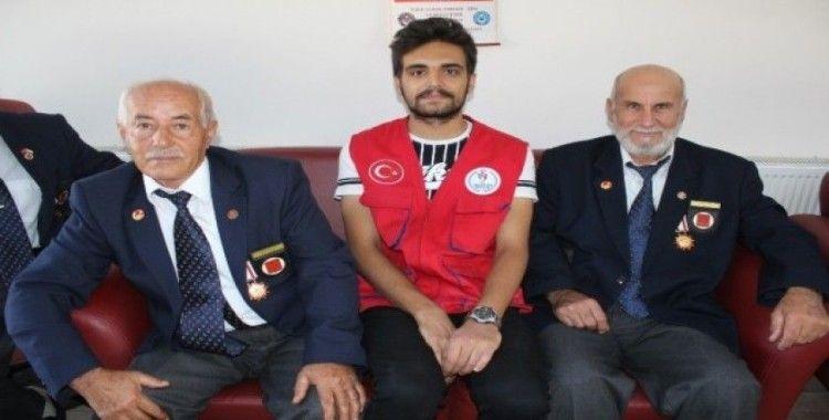 Erzincan'da gençlerden gazilere ziyaret