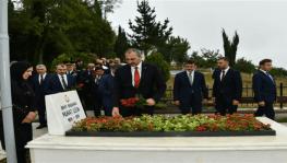 Bakan Gül, Başsavcı Uzun'un kabrine çiçek bıraktı