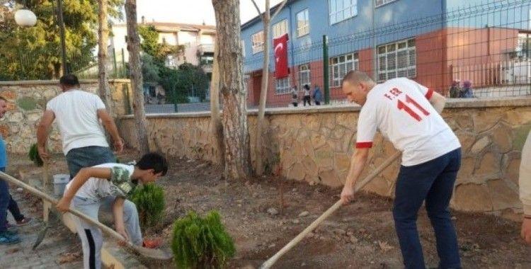 Yeni eğitim yılına ağaç dikerek başladılar
