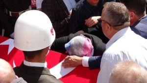 Şehit askerin cenazesi gözyaşlarıyla karşılandı