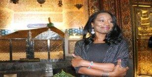 Della Miles, Mevlana Hazretlerinin Türbesini ziyaret etti