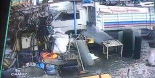 Freni boşalan kamyon hırdavat dükkanına girdi