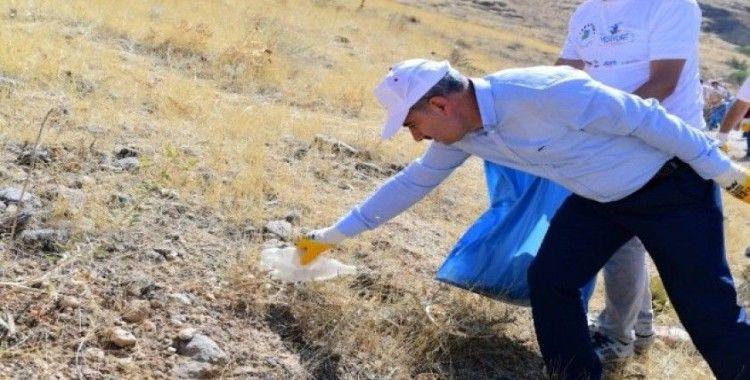 Başkan Mehmet Çınar, gençlerle birlikte temizlik yaptı, çöp topladı
